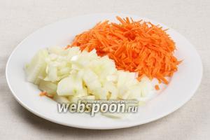 Овощи очистить, морковку натереть на крупной тёрке, а лук мелко порезать.