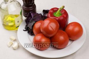 Для приготовления супа нужны спелые вкусные помидоры, чеснок, красный сладкий перец, оливковое масло и несколько веточек базилика.