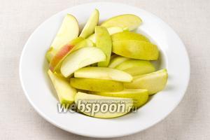 Яблоки хорошо помыть, удалить у них семена и порезать тонкими ломтиками.