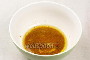 Для заправки соединить 3 ст.л. оливкового масла, 1 ст.л. соевого соуса, 1 ст.л горчица и лимонного сока — хорошо всё размешать.