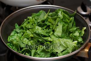 Разогреть в другой сковороде 1 ст.л. оливкового масла и выложить шпинат — тушить 2-3 минуты.