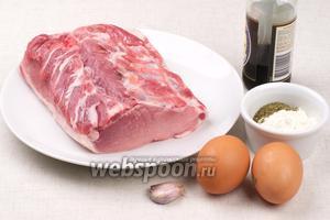 Для отбивных можно брать свиной ошеек или отбивную часть, для кляра возьмём соевый соус, яйца, муку, зубчик чеснока и сухую петрушку.