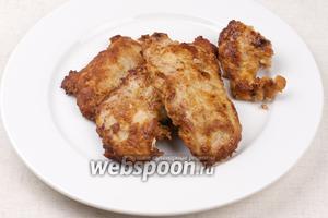 Подавать свиные отбивные горячими с овощным или другим гарниром.