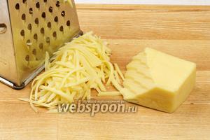 Натереть твёрдый сыр на крупной тёрке.