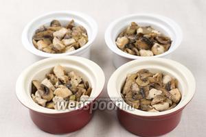 В формочки для жульена выложить грибы с куриным филе.