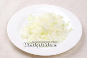 1 среднюю луковицу очистить и мелко порезать.