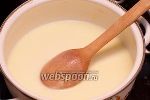 Затем постепенно вводить молоко (буквально по столовой ложке) и быстро мешать, чтобы не образовывались комки — затем довести соус до кипения.