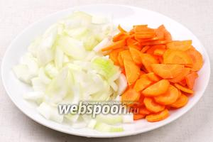 Лук, морковь очистить и помыть. Лук порезать полукольцами, а морковь тонкими кружками.
