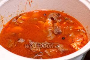 Затем всё залить холодной кипячёной водой, так чтобы верхний слой мяса был слегка покрыт. Довести до кипения и тушить на очень медленном огне 1 час, проверяя чтобы жидкость не выпарилась.