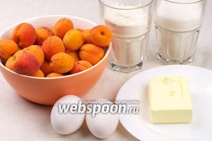 Для пирога возьмём муку, сахар, яйца, мягкое сливочное масло и абрикосы.