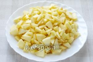 Яблоки очистите от кожуры и порежьте кубиками.