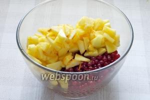 Перемешайте яблоки со смородиной. Добавьте апельсиновую цедру, сок и сахар.