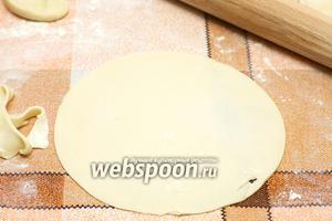 Каждый кусок раскатать в тонкую лепёшку диаметром 17-20 см, или придать форму обрезав по краю тарелки.  Чтобы тесто не вздувалось, в каждой лепёше перед обжариванием сделать частые проколы вилкой.