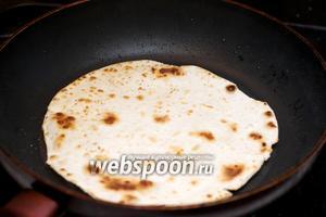 Разогреть в сковороде 1-2 ст.л. растительного масла и обжарить лепёшки до появления коричневых пятнышек — 1-2 минуты с каждой стороны.