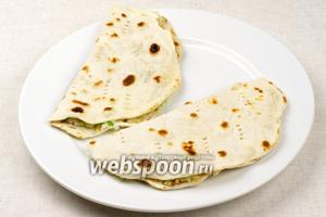 Готовые лепёшки лучше хранить в пакете, чтобы тесто не черствело и дольше оставалось мягким.