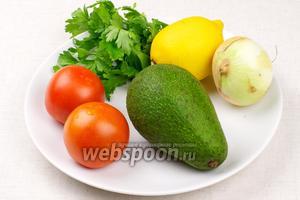 Для приготовления гуакамоле возьмём хорошо спелый авокадо, 2 небольших помидора, половину репчатого лука, петрушку и сок половины лимона.