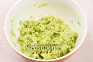 1 авокадо очистить от кожуры, удалить косточку и размять вилкой в однородную массу.