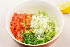 Соединить авокадо, помидоры, петрушку и лук, добавить сок половины лимона.