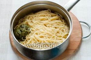 Спагетти сварите согласно инструкции на упаковке, добавьте соус «Песто» и перемешайте.