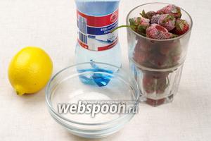 Для приготовления клубничного напитка или наполнителя для мороженого понадобится замороженная или свежая клубника, сахар, лимонный сок и вода.
