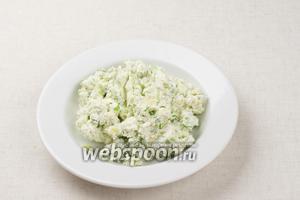 Хорошо всё перемешать, добавить соль по вкусу. Подавать можно в виде творожных шариков на листьях салата или как начинку для тарталеток.