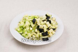 Кабачок и баклажан хорошо помыть и порезать кубиками.