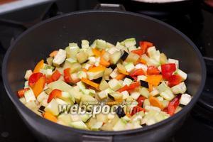 Затем добавить к овощам баклажан и кабачок — жарить всё вместе 3-5 минут. Важно чтобы овощи стали мягкими, но не потеряли своей формы и цвета.