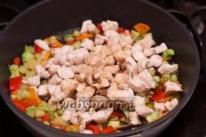 Выложить к овощам куриное филе и добавить соус.