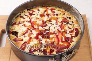 Выпекать в разогретой до 190 ºС духовке 35-45 минут. Готовность проверять деревянной шпажкой — из готового пирога она должна выходить сухой.  Остудить пирог в форме, а затем вынуть и можно подавать.