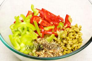 Соединить перец, оливки, орехи, выдавленный через пресс чеснок и оливковое масло.