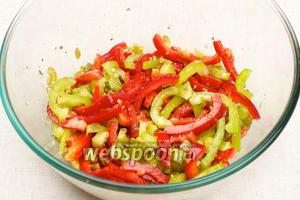 Салат хорошо перемешать и добавить соль по вкусу.