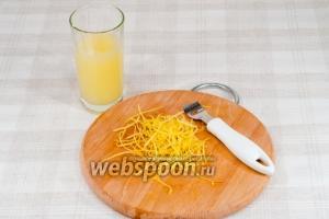 С лимонов снимите цедру и выдавите сок.