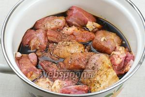 Переложить мясо в кастрюлю залить соевым соусом и добавить чёрный перец — хорошо всё перемешать и оставить мариноваться при комнатной температуре на 1,5-2 часа.