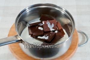 Смешайте сливки и шоколад в кастрюле.