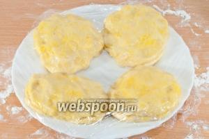 Затем соедините по 2 лепёшки, положив их друг на друга. У вас получится 4 лепёшки.   Переложите их на тарелку, накройте пищевой плёнкой и поставьте в холодильник на 2 часа.