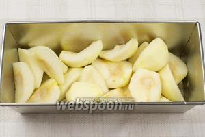 В небольшую форму для выпекания выложить порезанные груши и выдавить на них сок половины лимона.
