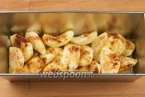 Выпекать в разогретой до 200 ºС духовке 15-20 минут, груши должны стать мягкими.  Подавать десерт, полив соком, который выделился в процессе выпекания груш.