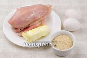 Для приготовления котлет по-киевски понадобится 2 куриных филе, 2-3 яйца, сливочное масло, панировочные сухари, растительное масло и специи.