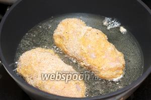 Разогреть в глубокой сковороде растительное масло. Каждую котлету обмакнуть в яйцо, а затем в сухари и повторить ещё раз — такая панировка позволит сохранить сочность котлет.
