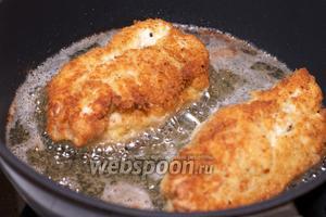 Обжаривать котлеты на среднем огне со всех сторон, аккуратно переворачивая, чтобы не повредить кляр и мясо. Готовить до получения равномерной золотисто-коричневой корочки.