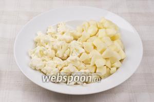 Картофель очистить и порезать кубиками, цветную капусту разобрать на мелкие соцветия.