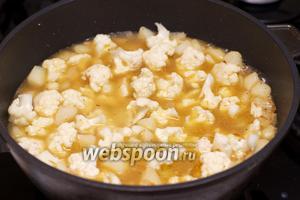 Затем добавить цветную капусты и тушить всё на среднем огне 10-15 минут — капуста должна стать мягкой.
