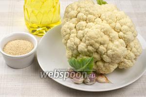 Для приготовления блюда понадобится небольшой вилок цветной капусты, 4 крупных зубчика чеснока, 3-4 столовых ложки панировочных сухарей и растительное масло.