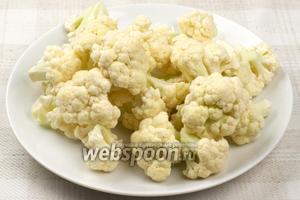 Цветную капусту (800 грамм) подготовить для жарки на сковороде. Промыть под прохладной проточной водой, а затем разобрать на средние соцветия.