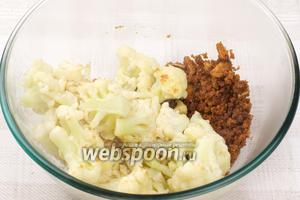 Соединить панировочные сухари и цветную капусту, добавить соль по вкусу.