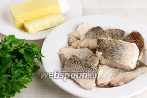 Для приготовления блюда возьмём филе судака, пучок петрушки, твёрдый сыр и сливочное масло комнатной температуры. Филе рыбы предварительно разморозить.