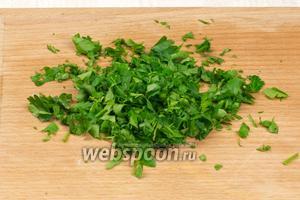 Зелень хорошо промыть, обсушить и мелко порезать.
