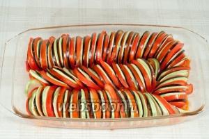 На соус, чередуя выложите помидор, баклажан, кабачок.  Полейте сверху заправкой из зелени. Накройте фальгой. Поставьте в духовку и запекайте при 180 °С в течении 1-го часа.