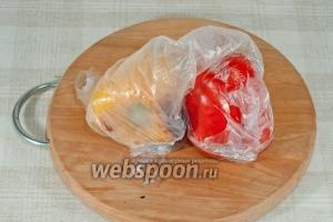 Переложите горячий перец в полиэтиленовый пакет. Хорошо сверните, и дайте остыть.