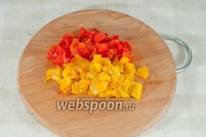 После того как перец немного остыл, снимите с него кожицу, удалите семена и нарежьте кубиками.